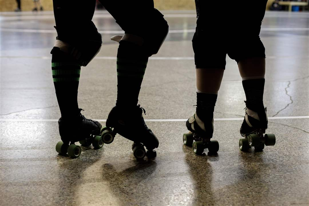 MAG-ROLLERDERBYMembers-of-the-Glass-City-Rollers-prepar