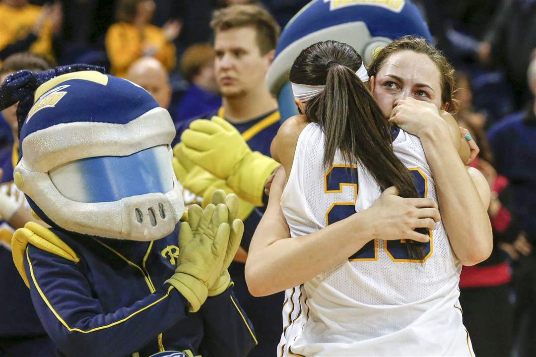 SPT-UTwnit23pToledo-senior-Inma-Zanoguera-23-is-hugged-by-junior-Ana-Capotosto-after-being
