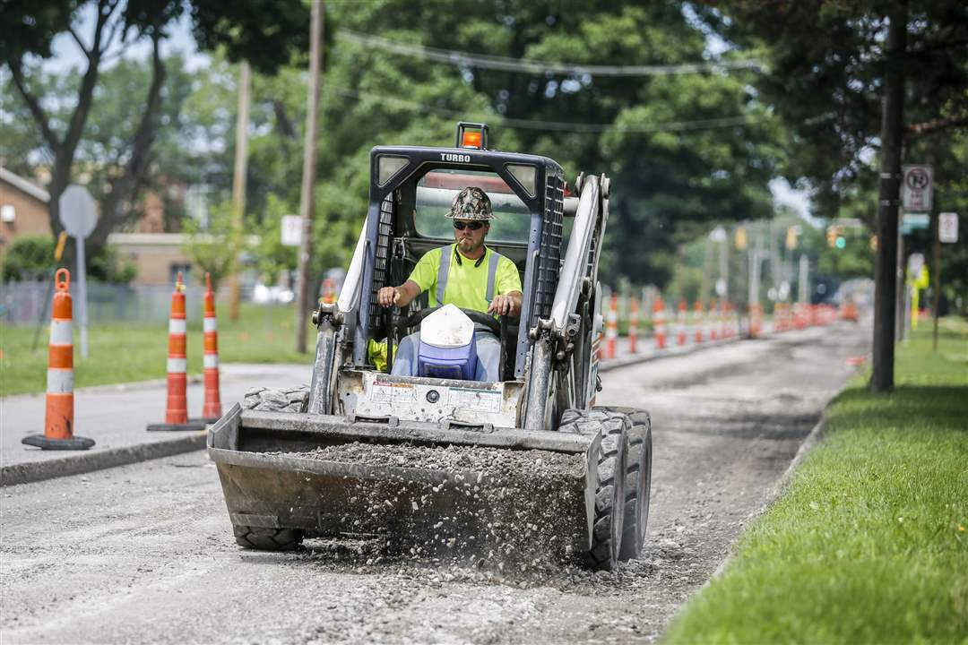 CTY-streets17pA-worker-helps-prepare-South-Detr