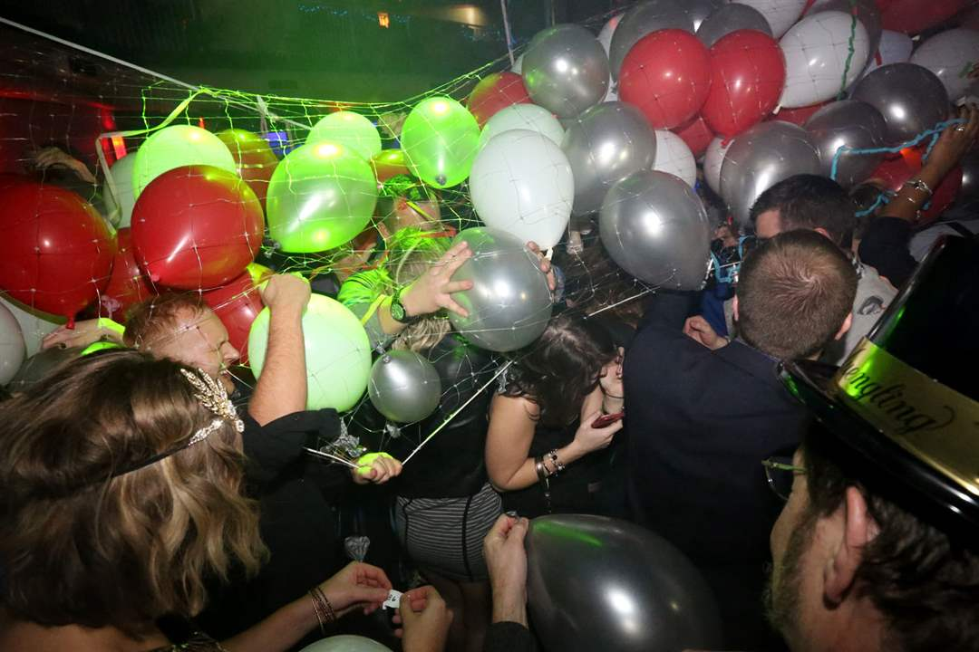 NYEVE1Attendees-grab-for-balloons
