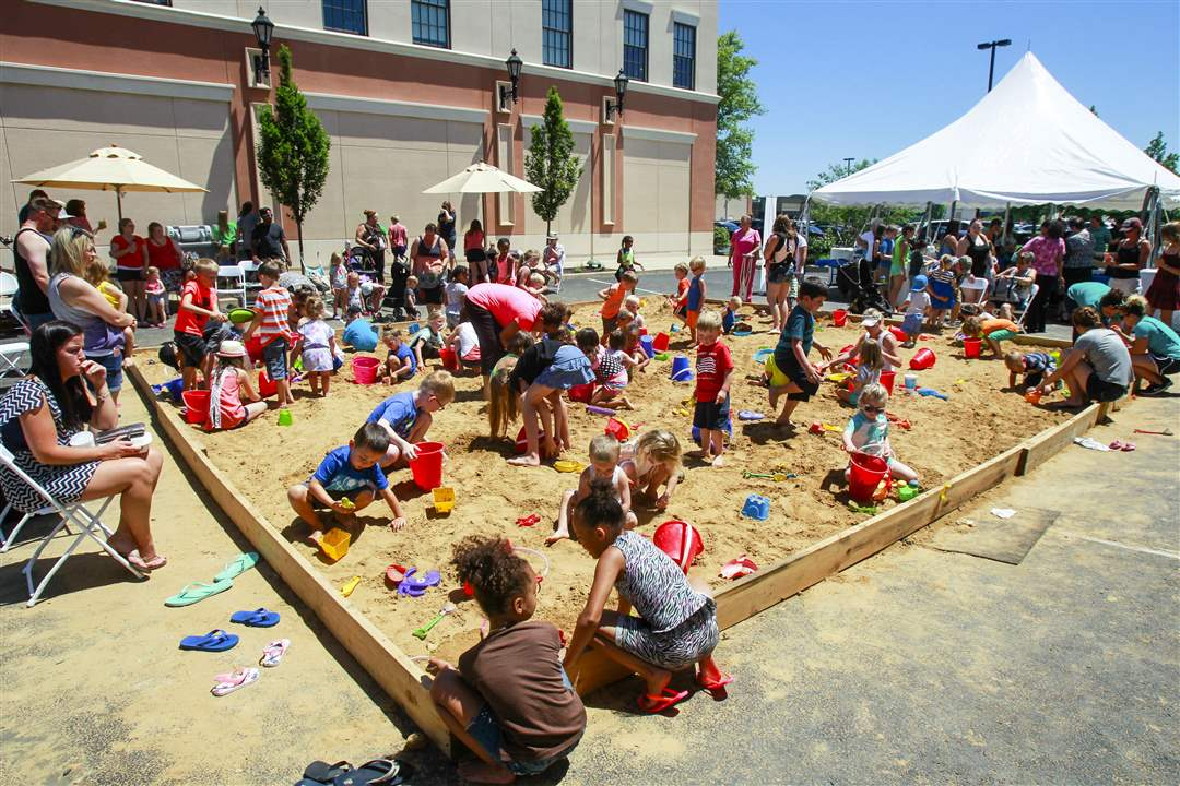 sandtastic25Children-play-in-a-giant-comm