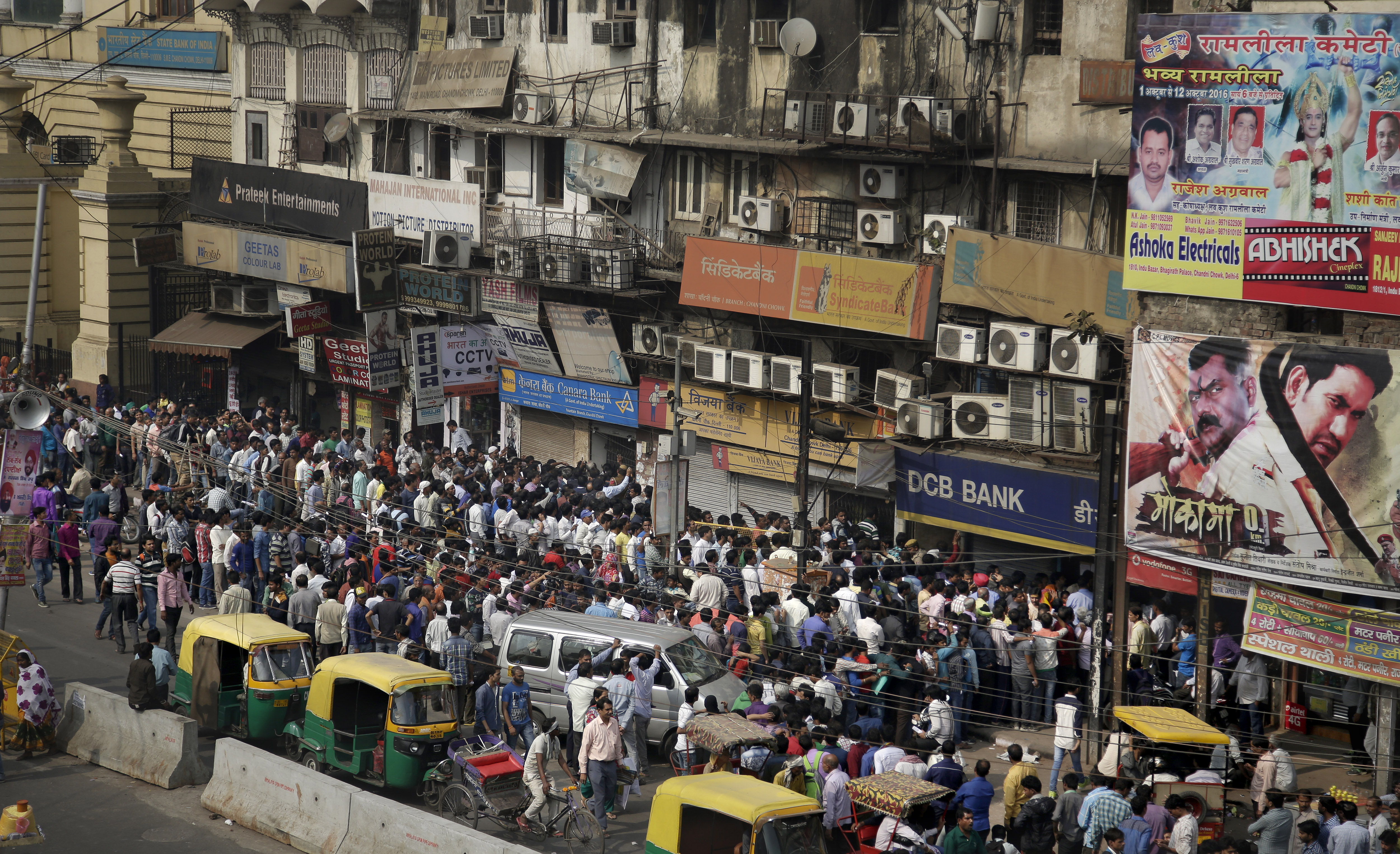 Millions in India crowd banks to exchange currency - The Blade