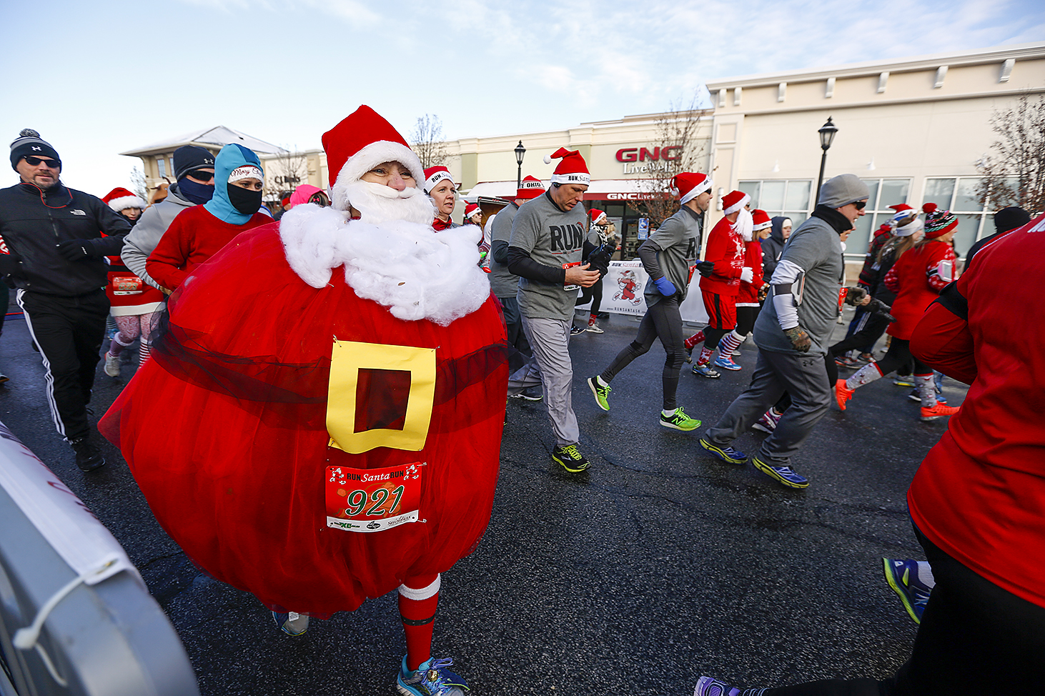 hundreds of running santas fill levis commons for 5k