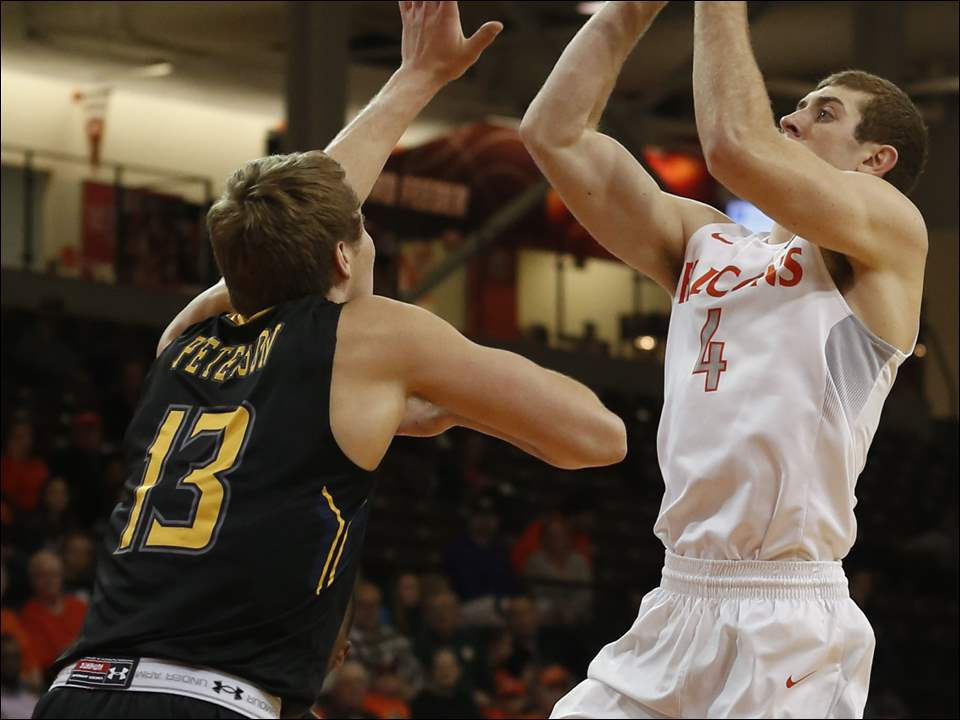 Bowling Green's Zack Denny shoots over Kent's Mitch Peterson.