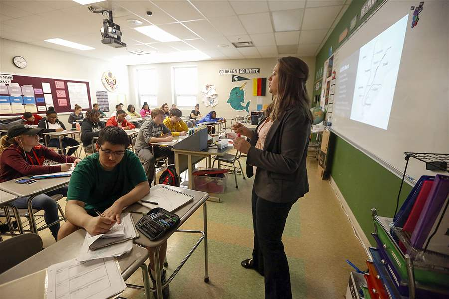 Kristin Schnerer Teaches Her Geography Class At Start High School New On Media And Politics Will Focus How To Spot Fake News Discern The