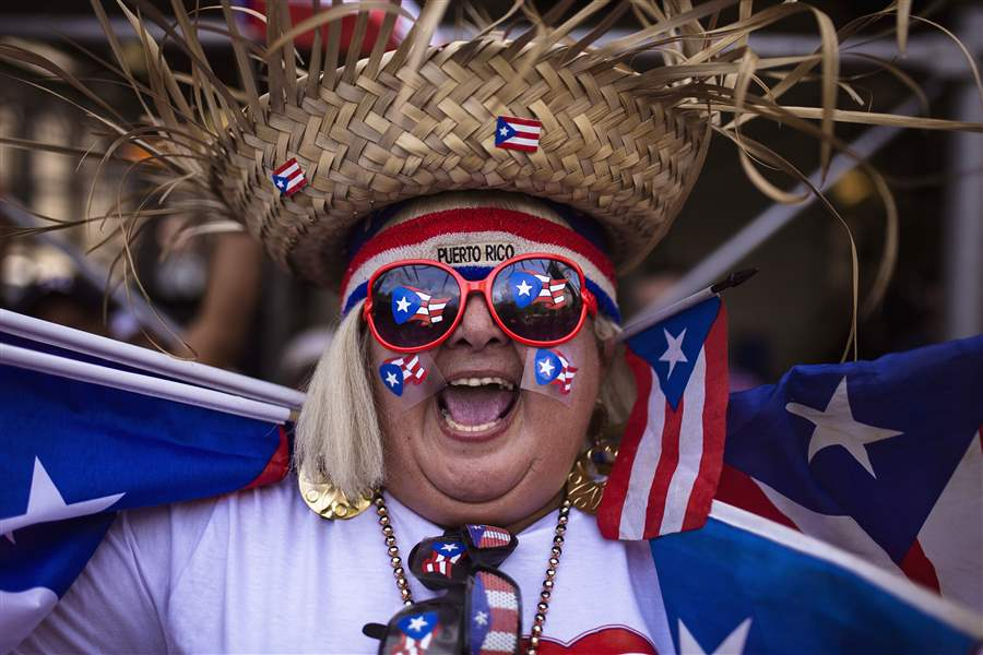Puerto Ricans parade in New York, back statehood