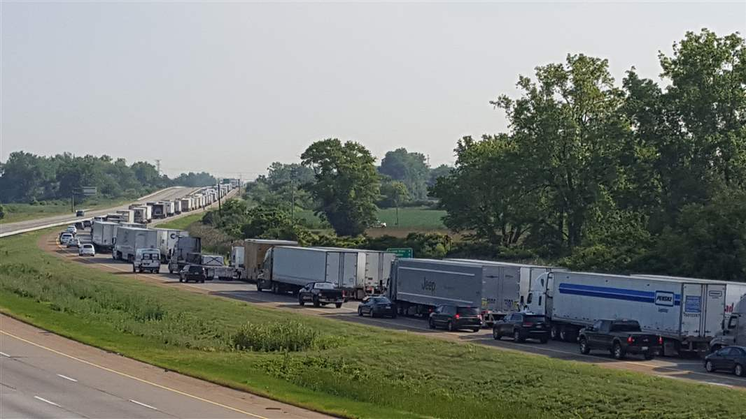 I-75 closed in MI  following police chase, standoff