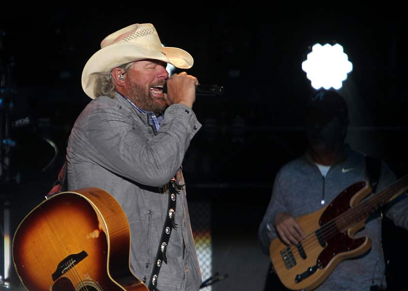 Thousands Flock To Put In Bay To See Toby Keith In Concert The Blade