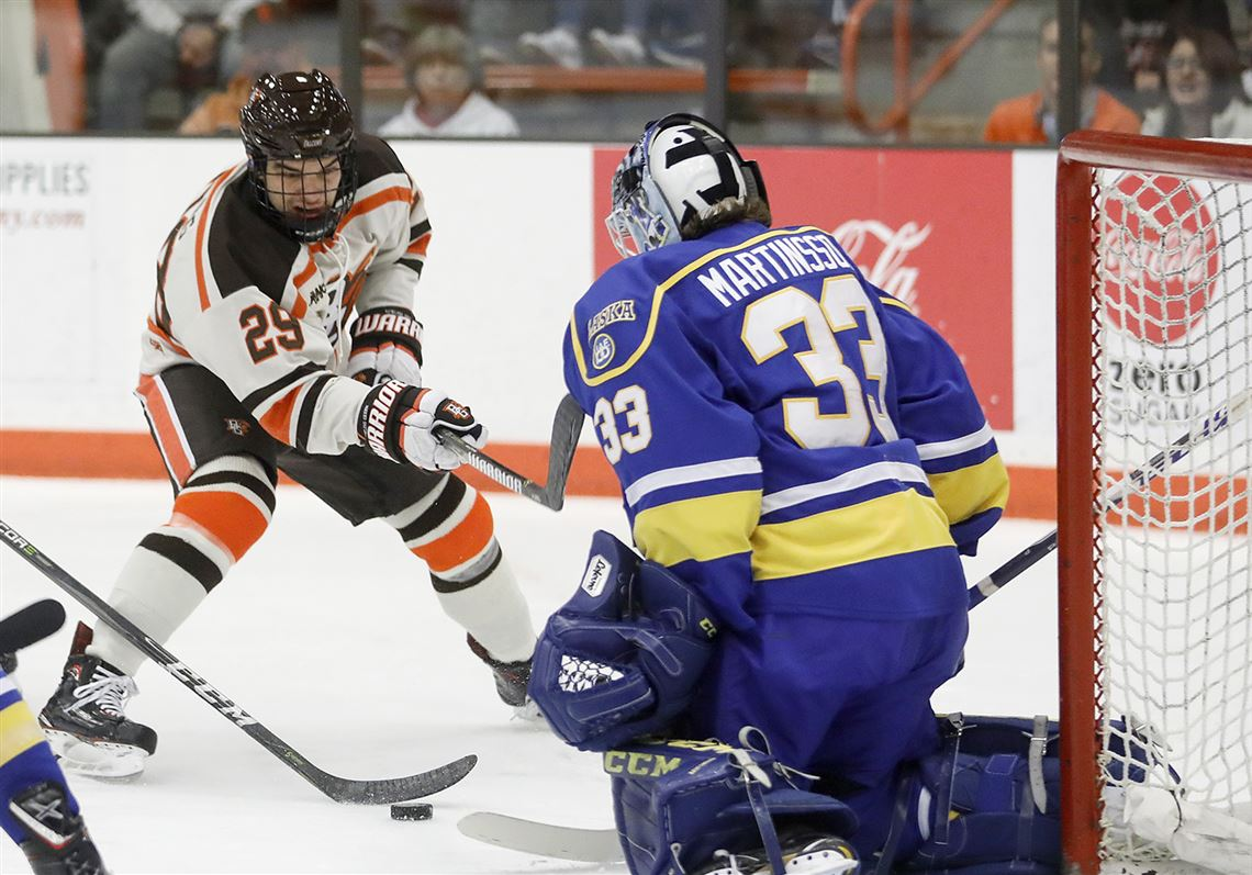 Bowling Green's John Schilling (29) shoots against Alaska goalie Anton Martinsson during their Saturday