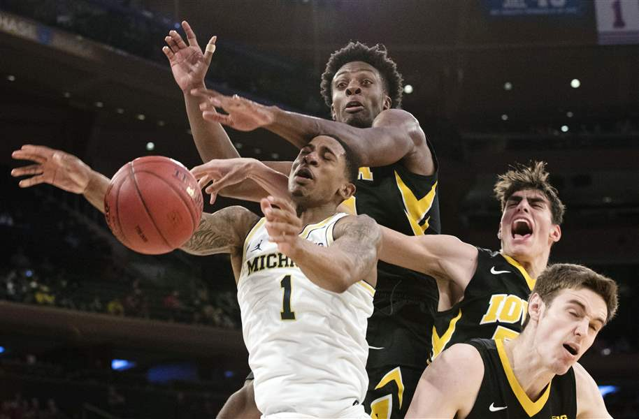APTOPIX-B10-Iowa-Michigan-Basketball