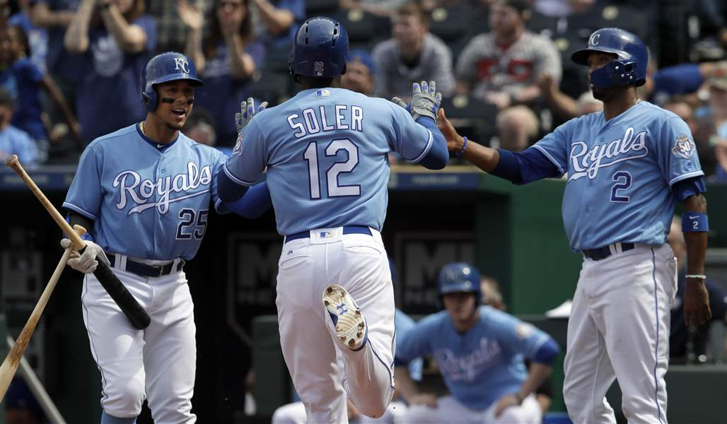 Royals outscore Tigers 10
