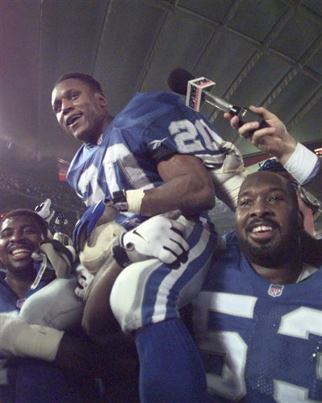 Barry Sanders is carried off the field by teammates Larry Tharpe f5ecfe4fb